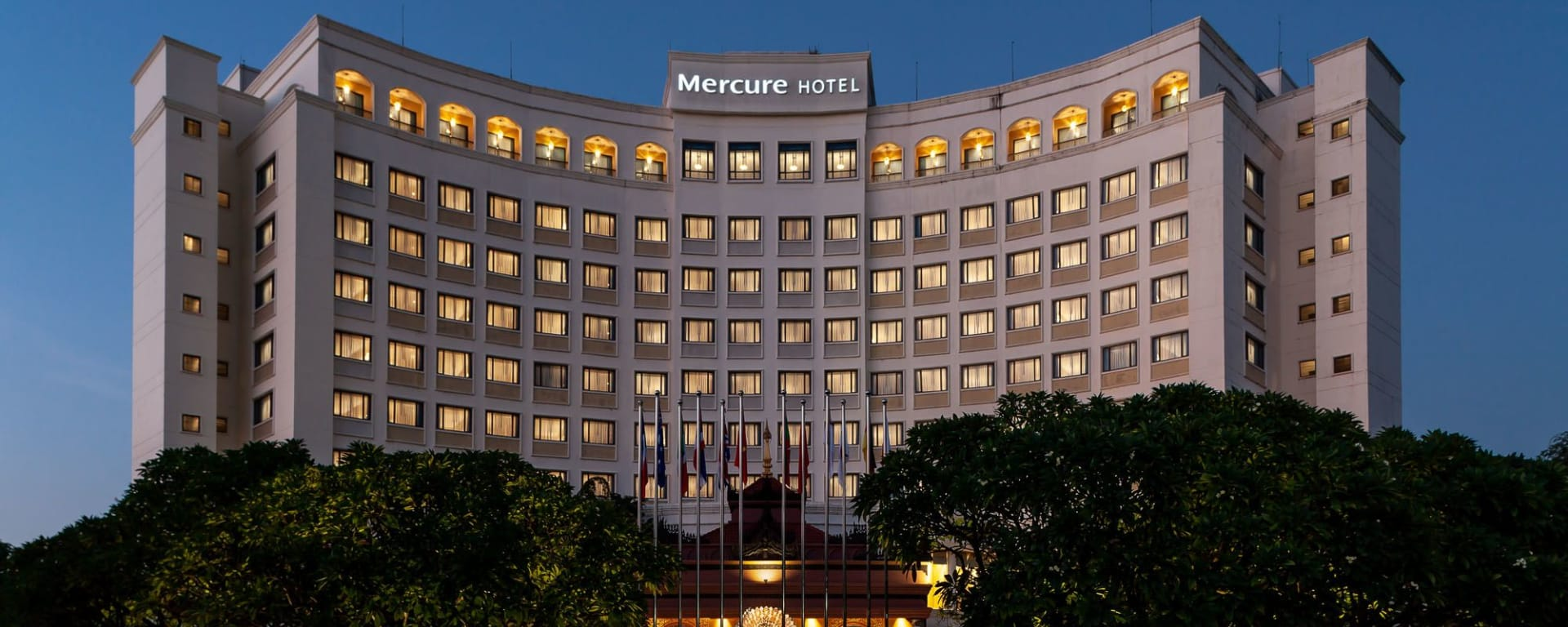 Mercure Mandalay Hill Resort: Exterior at night