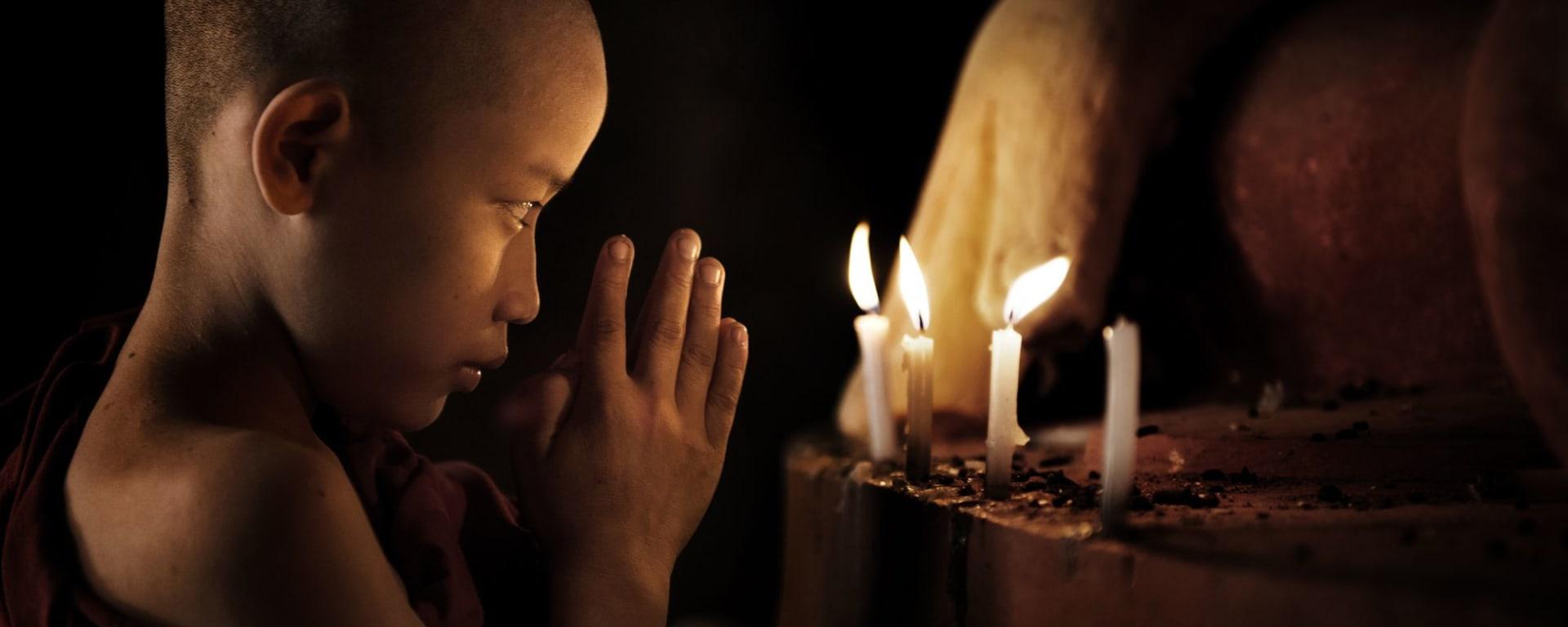 La fascination du Myanmar – un pays en mutation de Yangon: Bagan: young monk