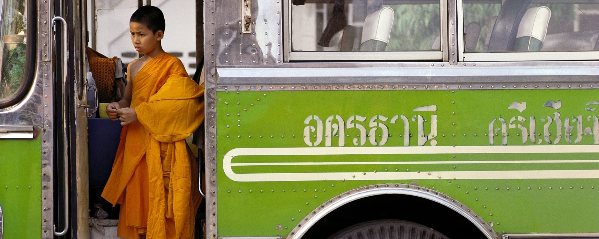 Bangkok à son gré / Journée entière ville et banlieue de Bangkok: Bangkok young monk in a bus