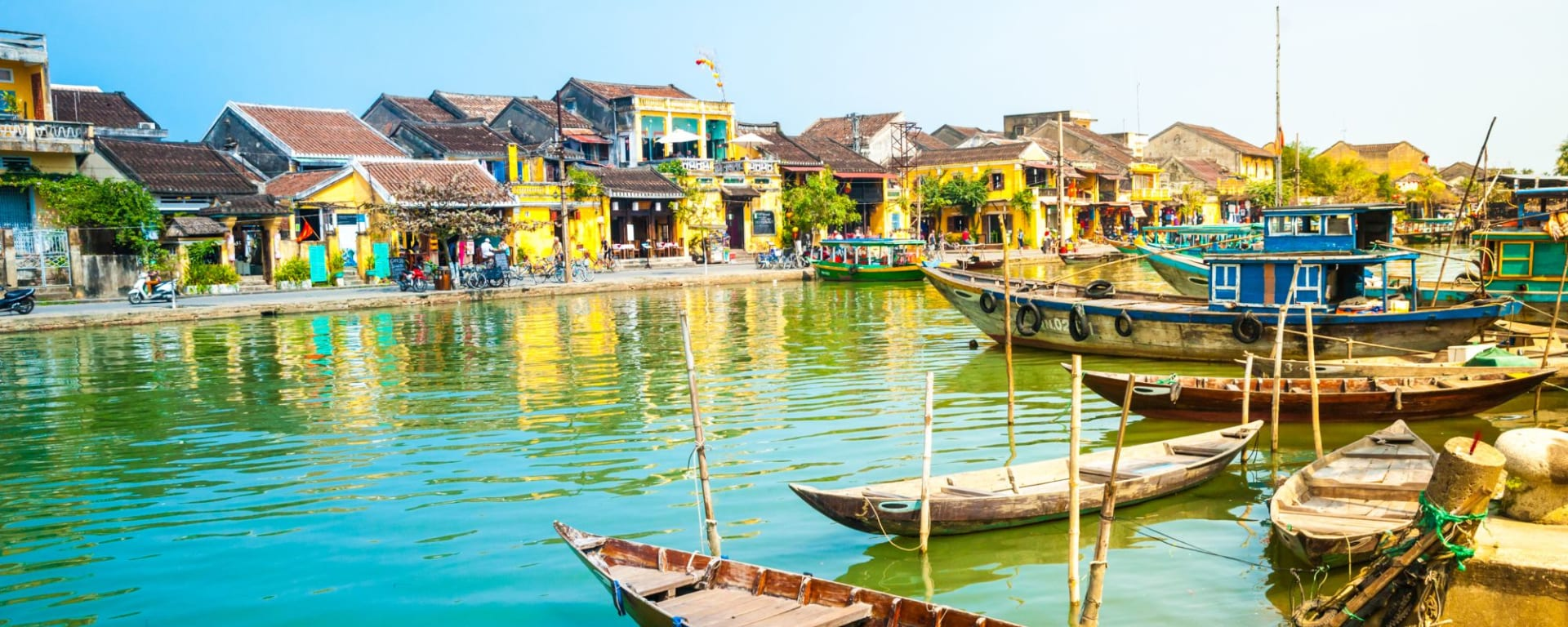 Vietnam für Geniesser ab Hanoi: Hoi An Traditional boats in front of ancient architecture
