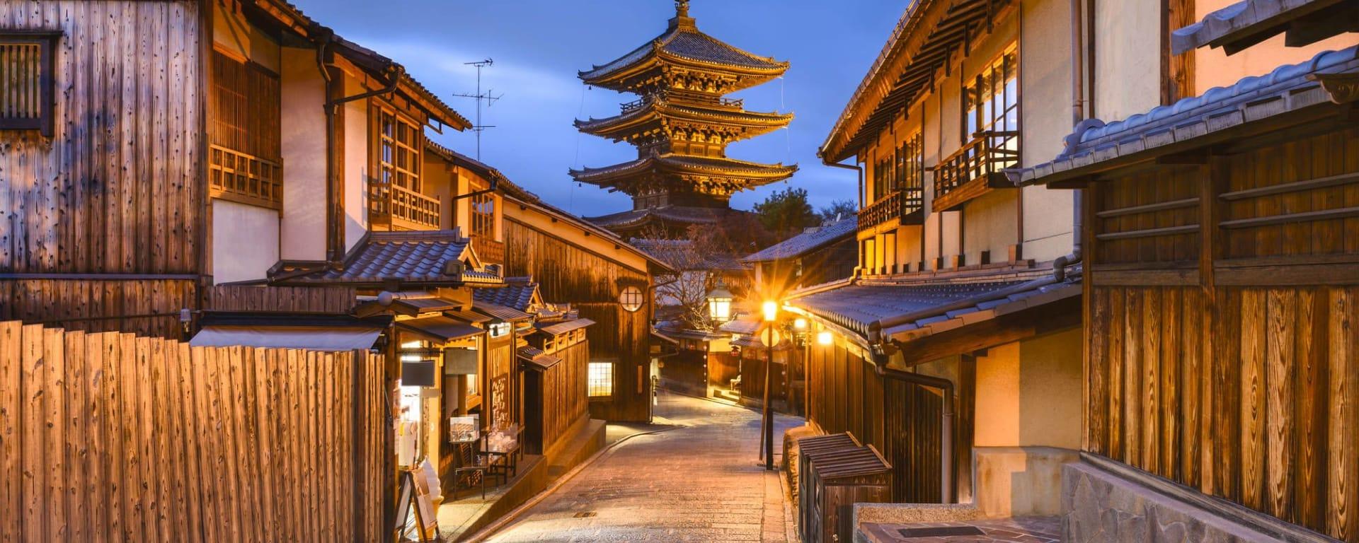 Le Japon sur de nouveaux chemins de Osaka: Kyoto old city at Yasaka Pagoda