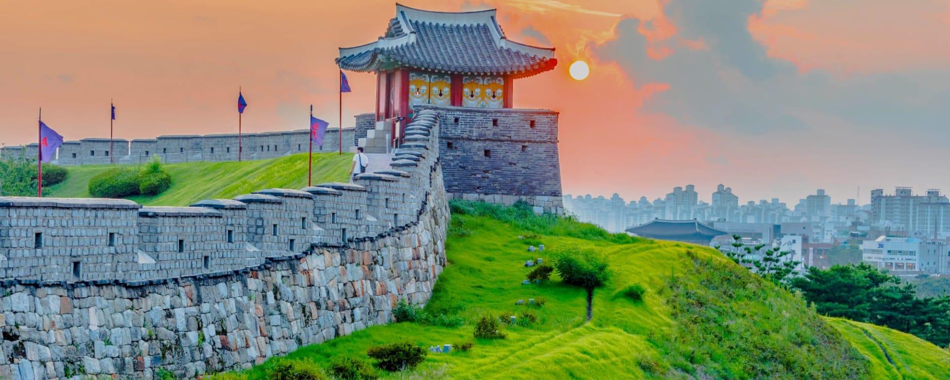 Vielfältiges Südkorea ab Seoul: Sunset at Hwaseong Fortress Seoul