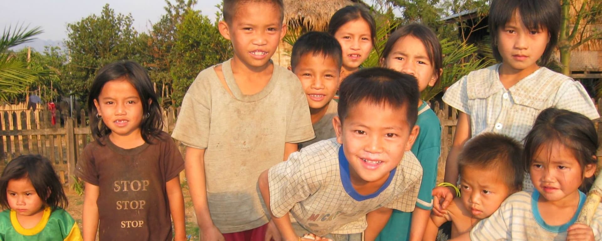 Überland von Luang Prabang nach Vientiane - 3 Tage: Laos: curious kids in a village