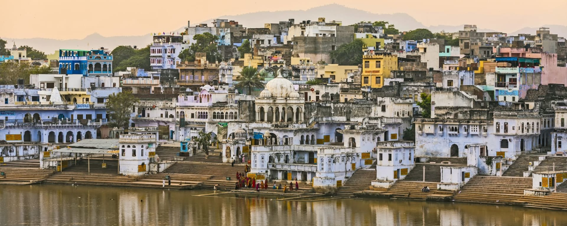 Wissenswertes zu Indien Reisen und Ferien: Pushkar with ghats and lake