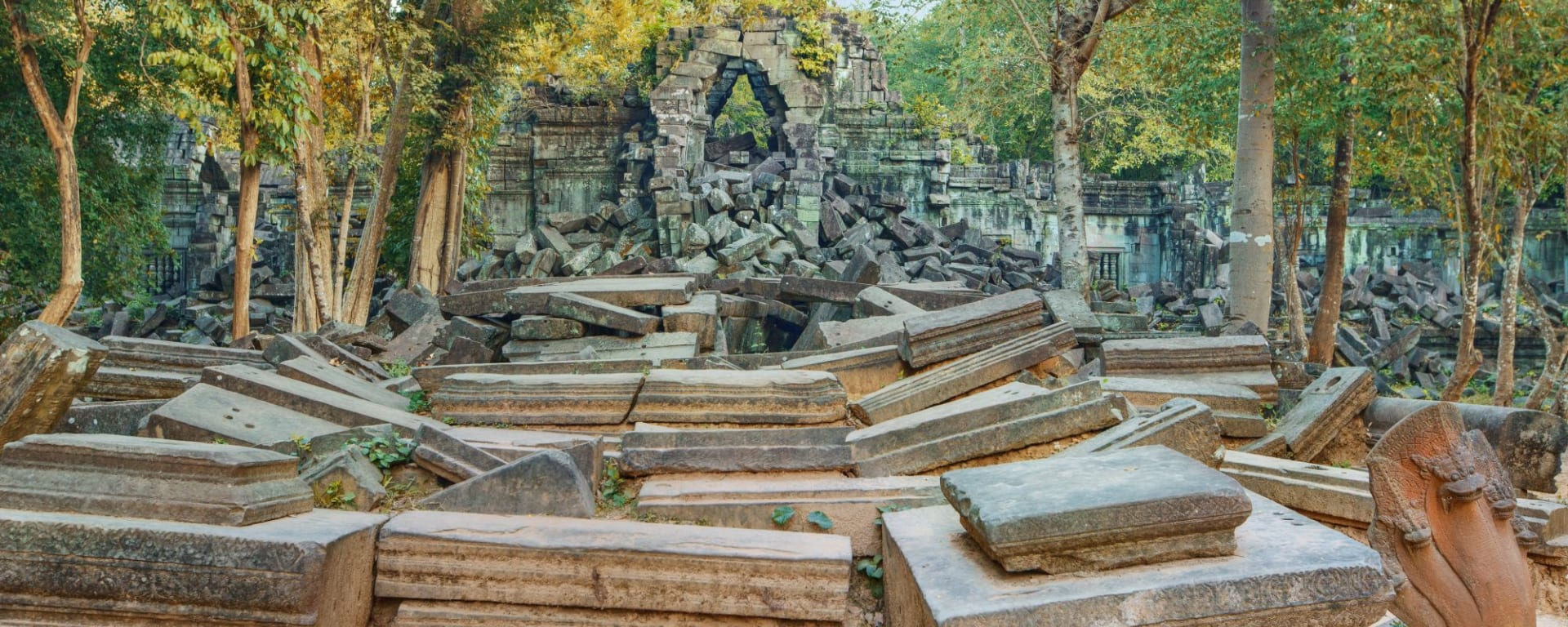 Spektakulärer Bergtempel Preah Vihear ab Siem Reap: Beng Mealea Temple ruines in the middle of jungle forest