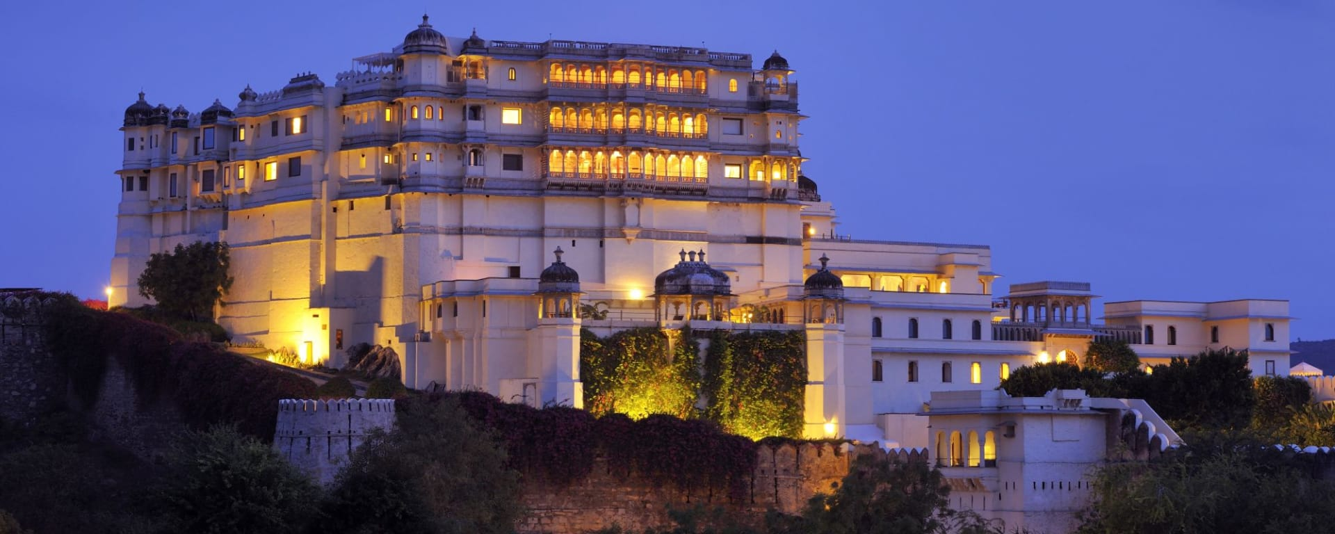 RAAS Devigarh à Udaipur: Shot From Afar at Night Time