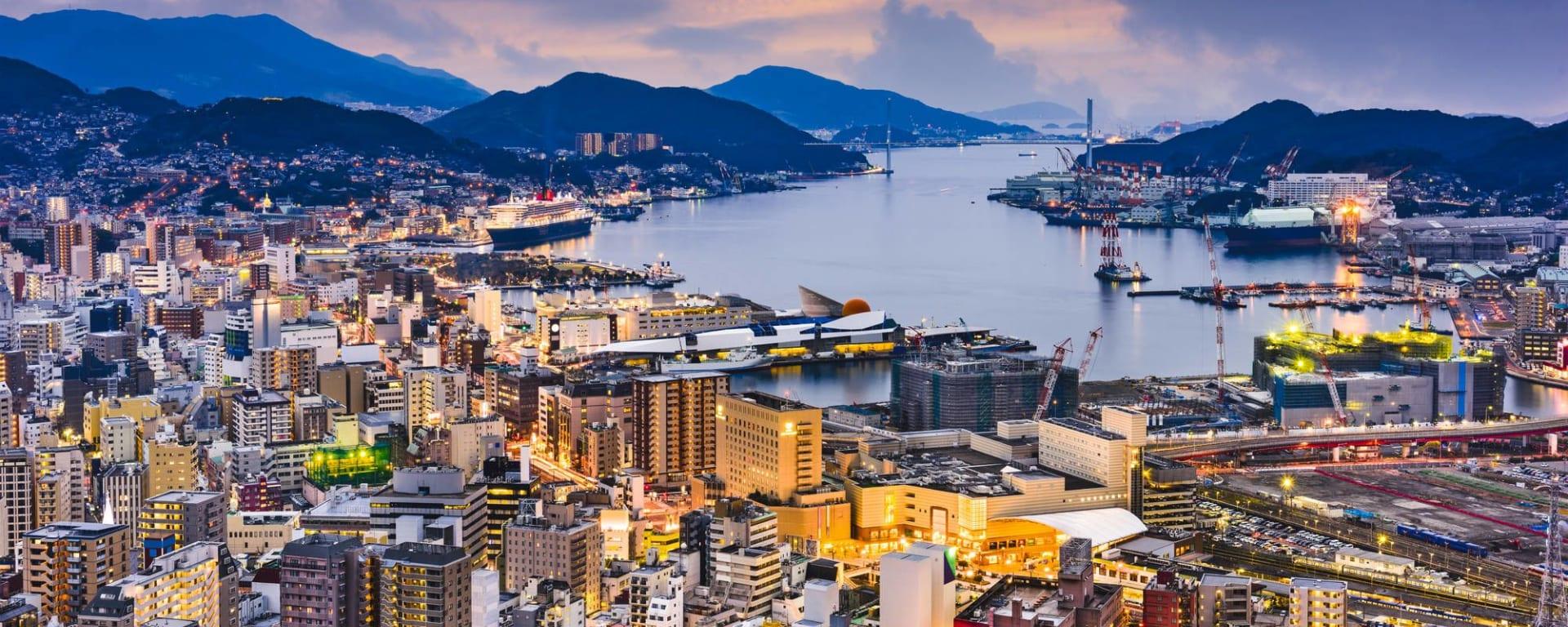 Le Japon sur de nouveaux chemins avec prolongation de Osaka: Nagasaki at dusk