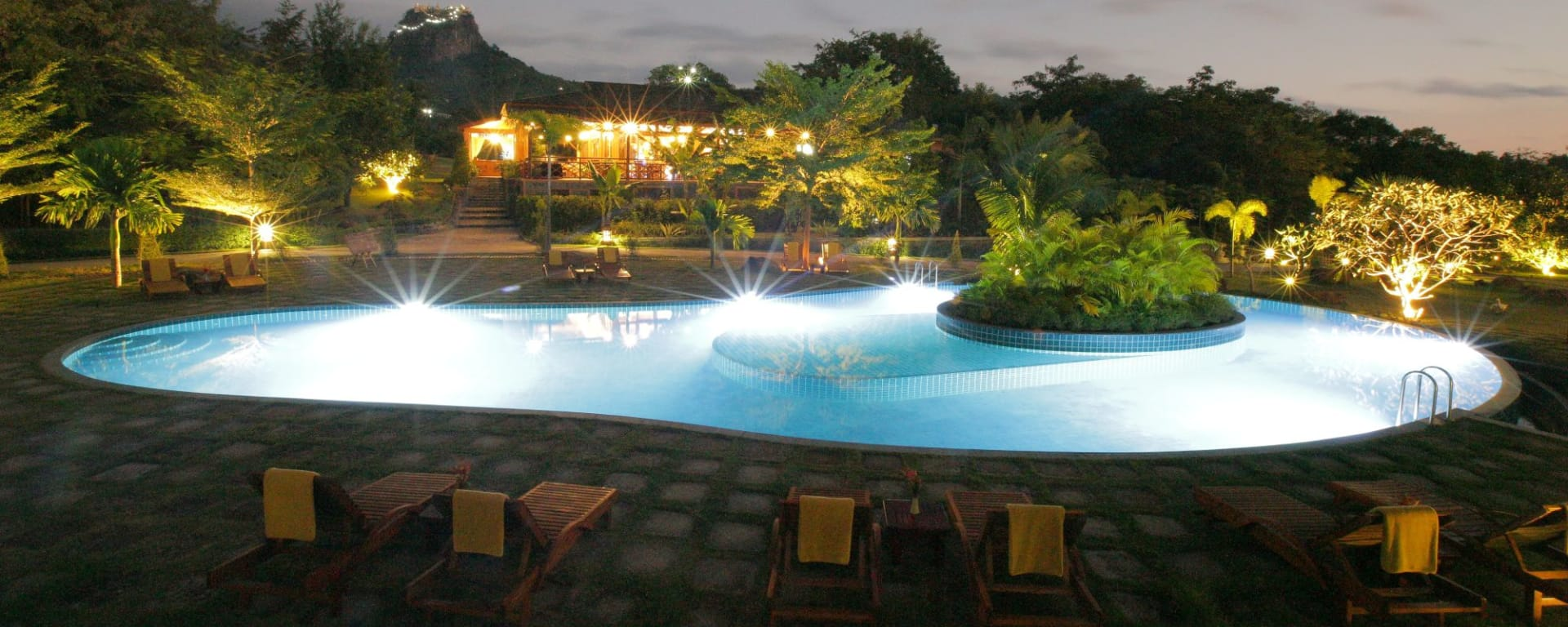 Popa Garden Resort in Bagan: Pool by night