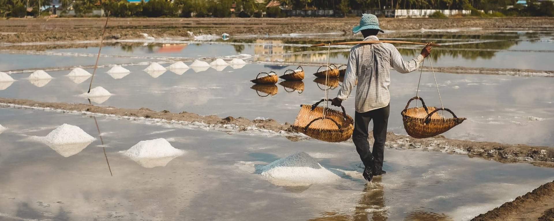 Poivre de Kampot et bien plus encore de Phnom Penh: Kampot Man working in salt fields