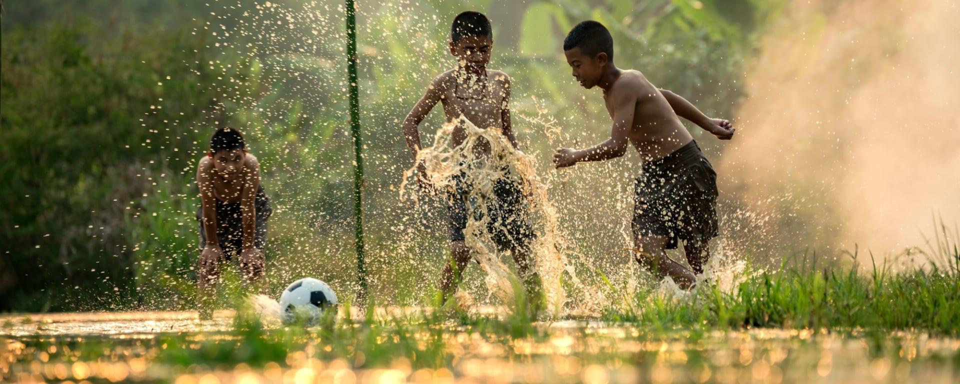 Circuit en voiture de location au sud de Bangkok: Kids playing football on the river