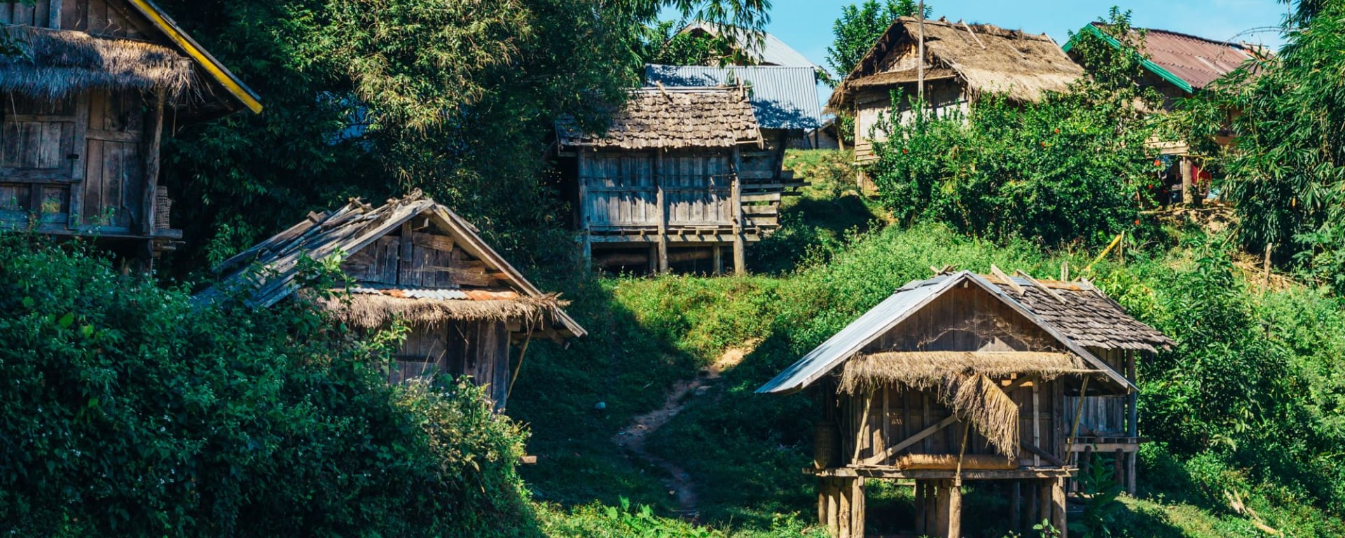 Trekking vers une tribu montagnarde de Luang Prabang: Laos typical rural wooden houses