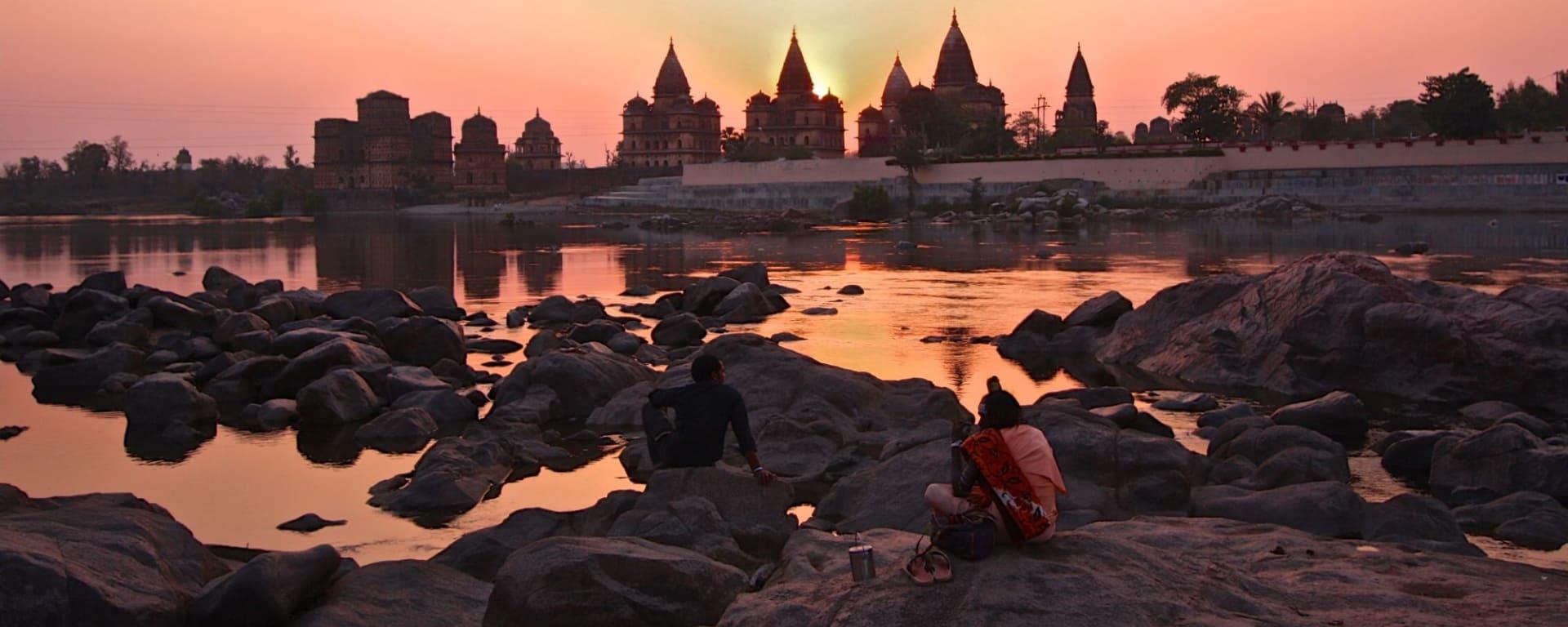 Indien für Geniesser ab Delhi: Orchha: sunset at the river