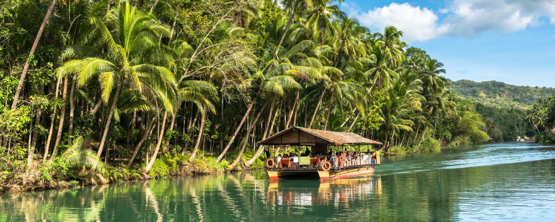 Naturwunder Bohol: Traditional raft boat on a jungle green river Loboc