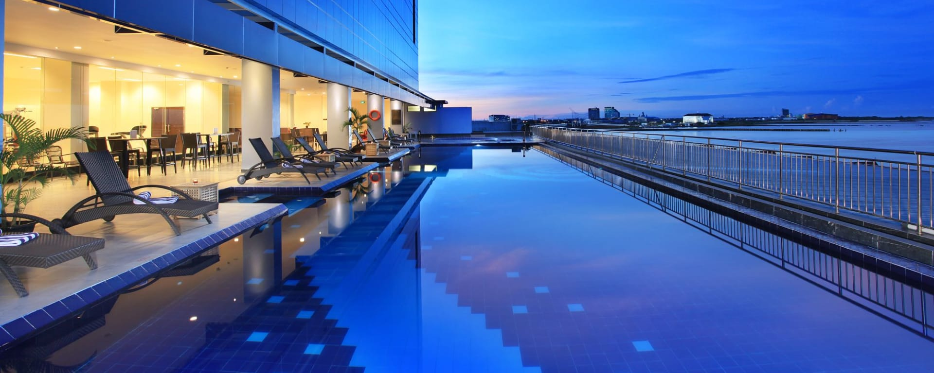 Swiss-Belhotel Makassar: SWIMMING POOL 02