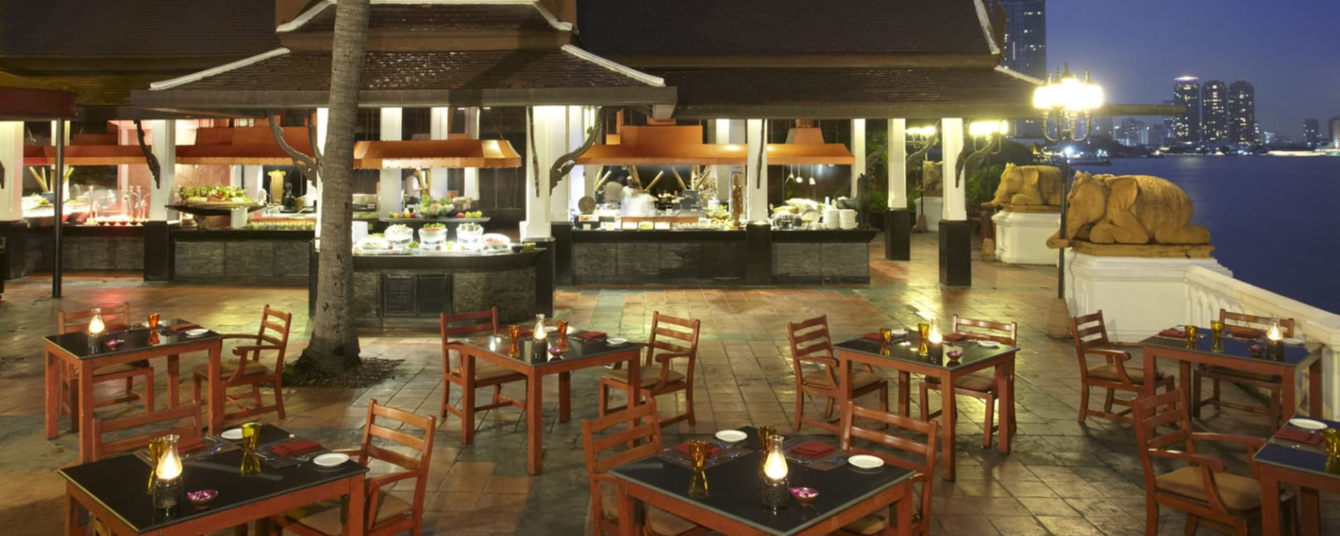 Anantara Riverside Bangkok Resort: Riverside Terrace