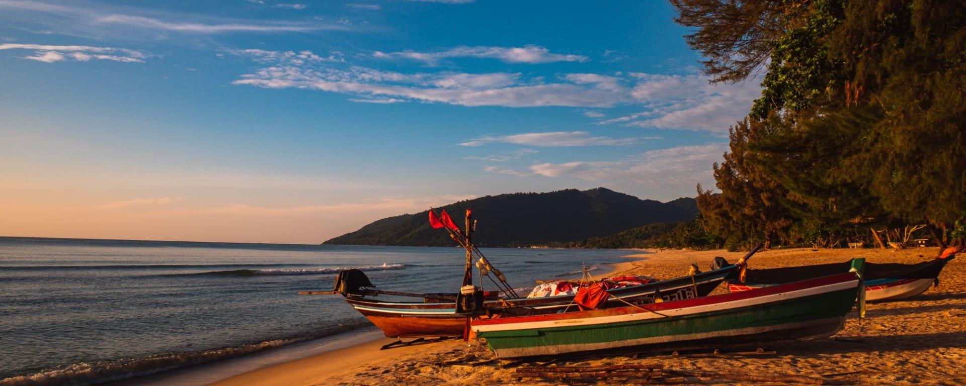 Von Küste zu Küste im Süden Thailands ab Krabi: Khanom Beach with Long Tail Boats
