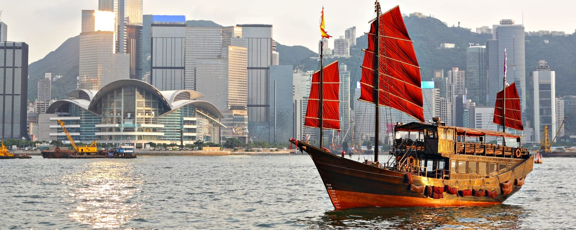 Wissenswertes zu Hong Kong Reisen und Ferien: Hong Kong harbour with tourist junk