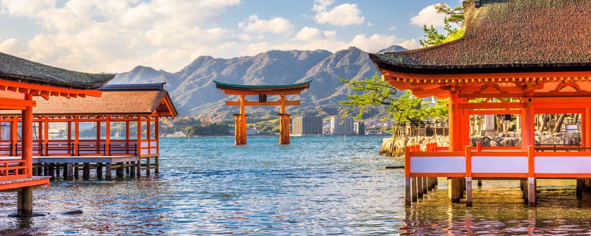 Le Japon sur de nouveaux chemins de Osaka: Miyajima Shrine