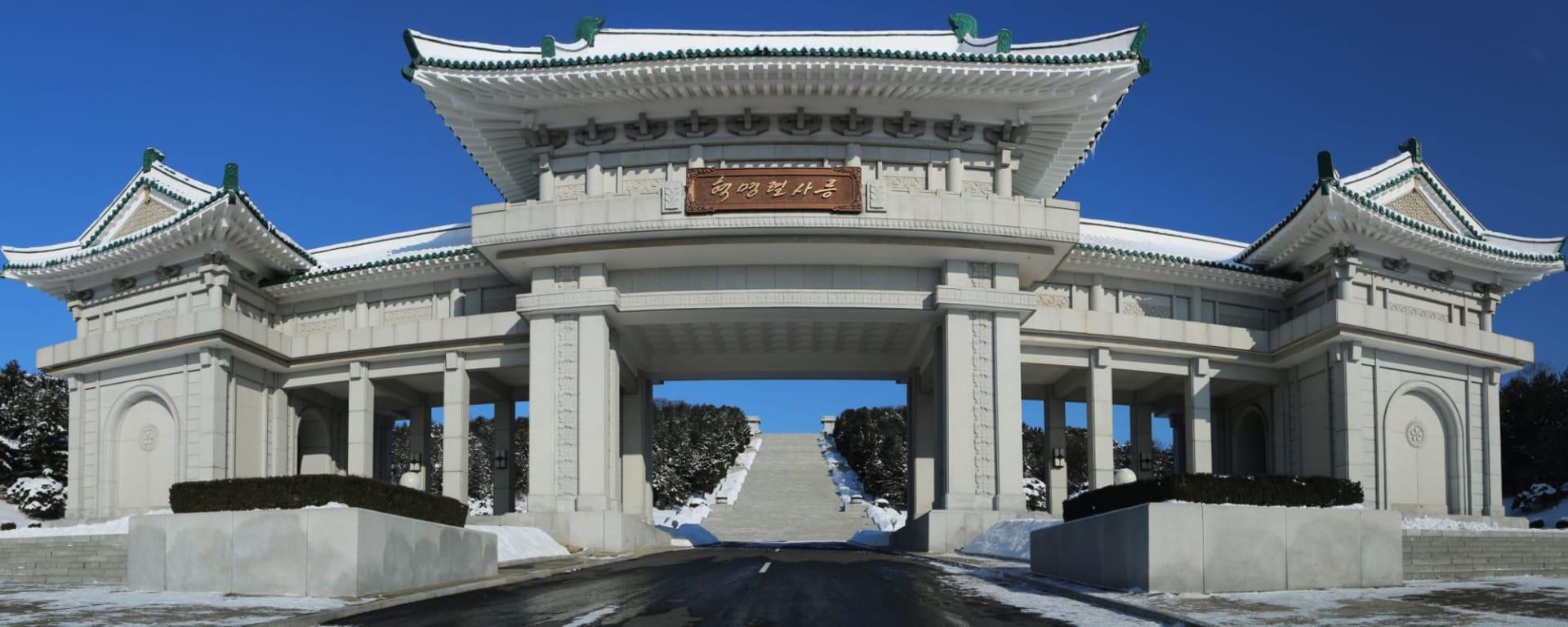 Nordkorea Kompakt ab Pyongyang: Monument in North Korea