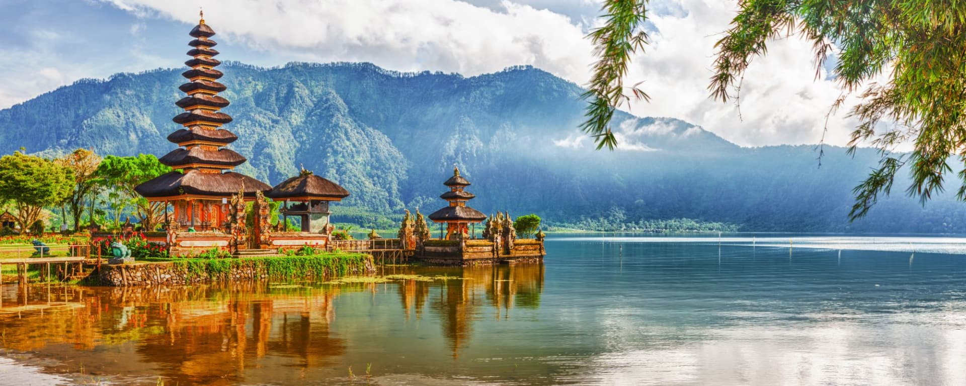 Wissenswertes zu Indonesien Reisen und Ferien: Bali Ulun Danu temple on lake Beratan
