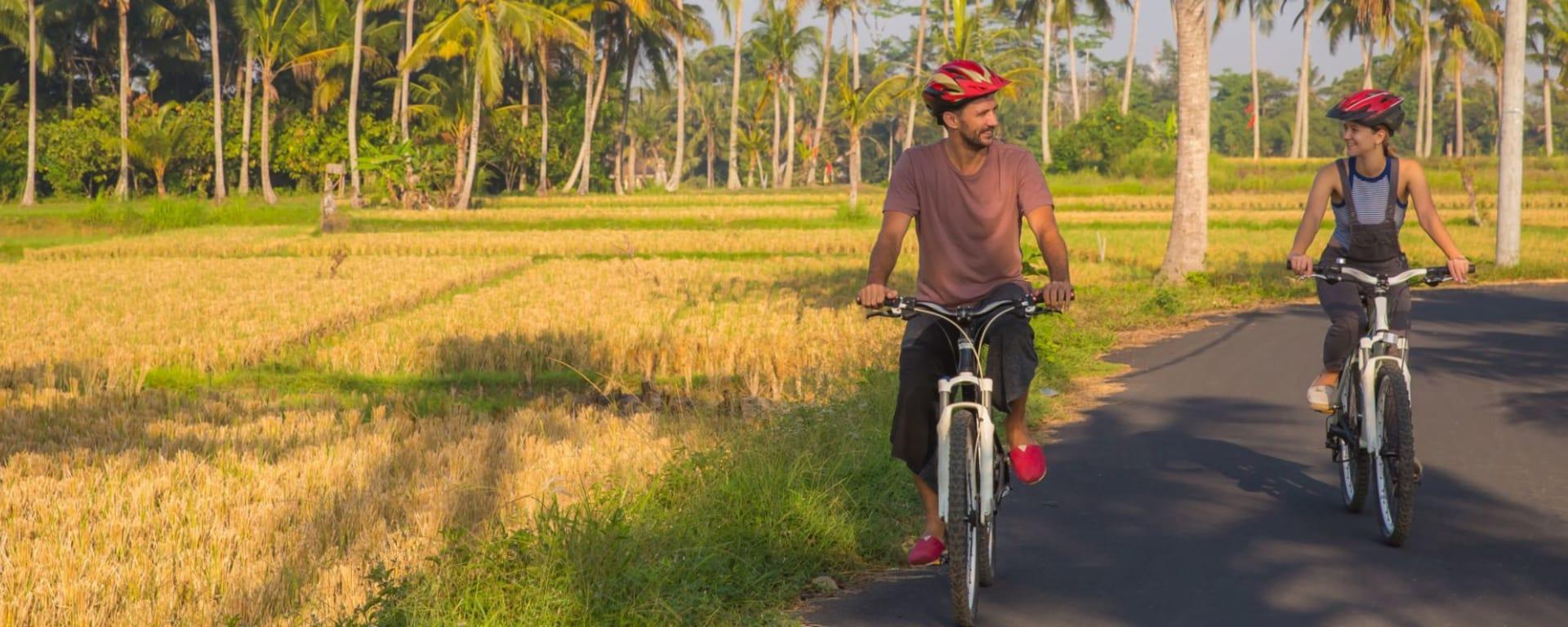 Découverte active de Bali de Sud de Bali: Bali - Couple riding a bicycle through the tropical island of Bali