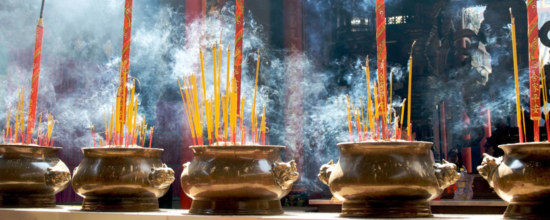 Wissenswertes zu Vietnam Reisen und Ferien: Smoking prayer sticks in copper urns at Thien Hau Pagoda Saigon