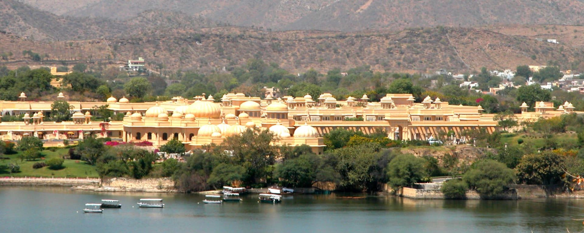 The Oberoi Udaivilas in Udaipur: with lake & mountain