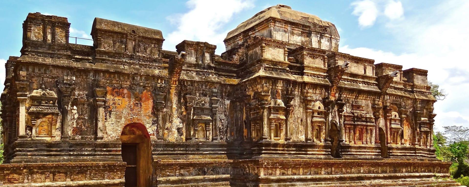 Découverte active du Sri Lanka de Colombo: Polonnaruwa: old temple ruin
