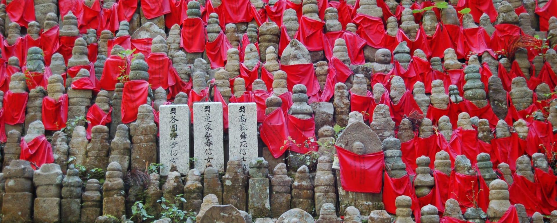 Weltkulturerbe Mt. Koya in Osaka: Hundreds of buddha statues in Okunoin Cemetery, Koyasan