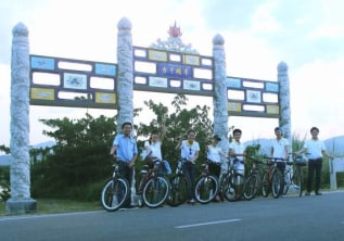 Why discovering Hue city with a bicycle is interesting?