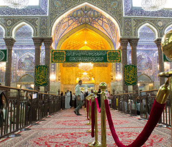 The shrine of Imam Hussein, grandson of the Prophet Mohammed the Prophet of Islam, The third Imam At the Shiite community And meant Shi'ite pilgrims in Iraq, Iran, Lebanon, Pakistan.