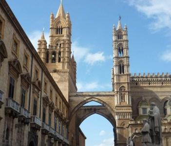 Cattedrale e  Arco ponte di collegamento con il Palazzo Arcivescovile