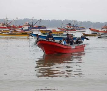 Entrega de botes a los pescadores de Caleta Tumbes