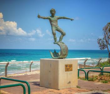 Bronze art sculpture Off the lip by Roy Mordechay installed on concrete base, Rishon Le Zion, Israel