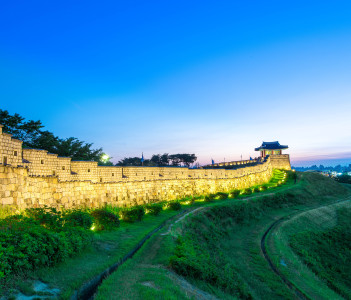 Hwaseong Fortress, wall surrounding the center, Suwon, the provincial capital of Gyeonggi-do, Suwon, South Korea