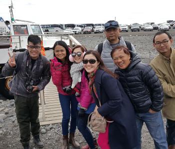 Guests at glacier lagoon Jokulsarlon.