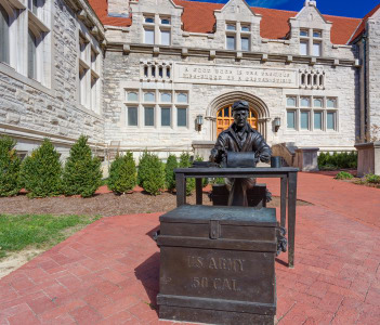 Ernie Pyle sculpture and Franklin Hall on the campus of the University of Indiana, Bloomington, USA