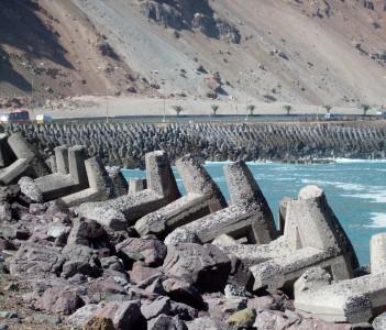 Wellenbrecher am Strand von Arica