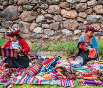 Women selling handcraft in the peruvian Andes