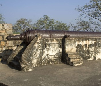 Cannon installed on pedestal at Fort in Jhansi, Uttar Pradesh, India