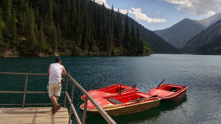 Ride a skiff on the lake