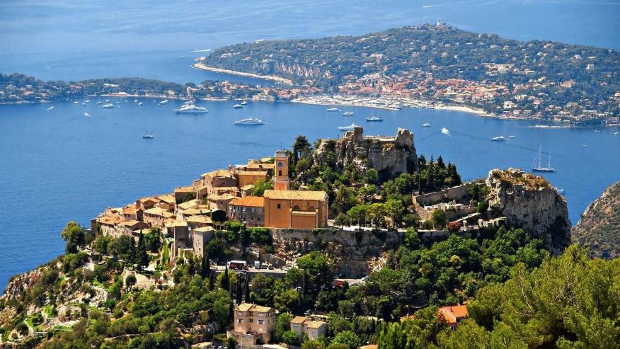 City views alongside sea