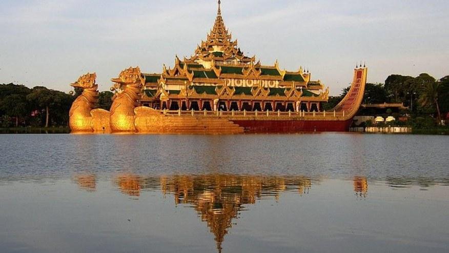 Dragon boat Karaweik Palace
