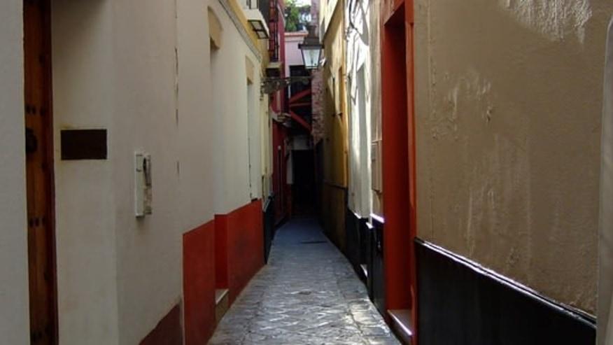 Narrow streets of Santa Cruz