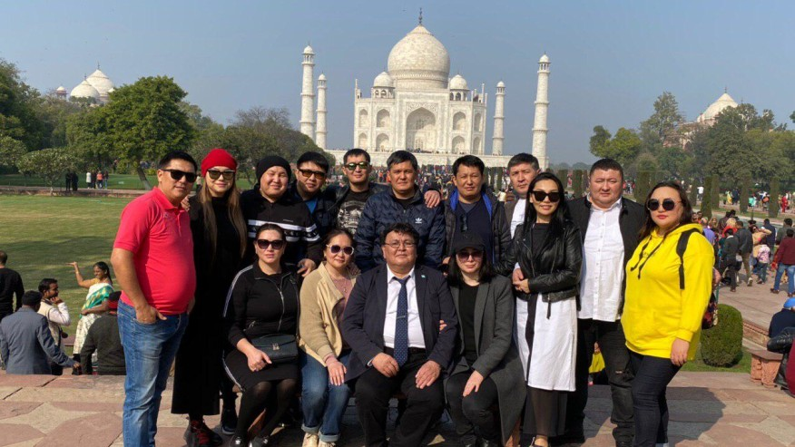 group photo at Taj Mahal