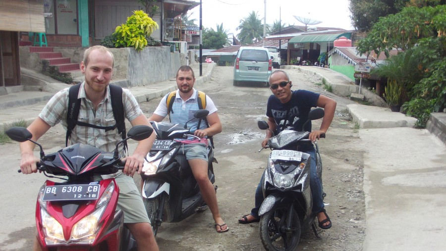 Ready to go from tuk tuk to lake sidihoni samosir island
