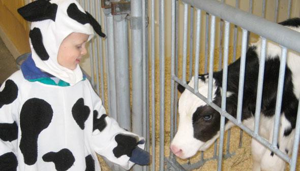 Enfant au déguisé en vache au Musée de l'agriculture et de l'alimentation du Canada