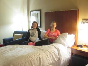 filles sur le lit