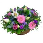 Bloemstuk roze lila in mandje