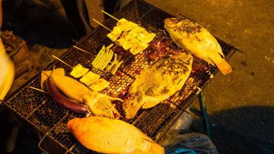 チェンマイの旧市街「Tha Phae Gate」付近にある串焼きと魚が美味い屋台
